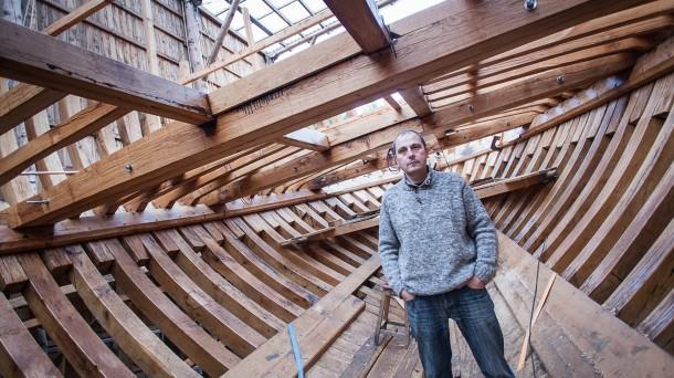 Xabier Alberdi en el interior del ballenero que están construyendo en Albaola. Foto: Mendi Urruzuno